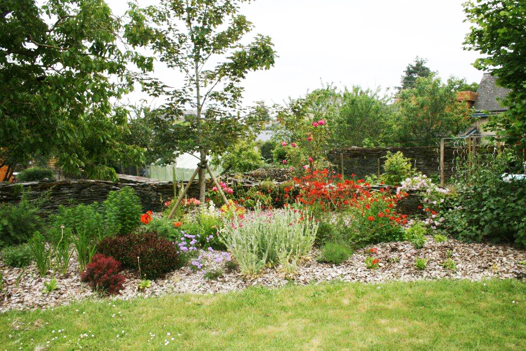 Jardin fleuri a Juigne sur Loire 49 apres travaux paysagers