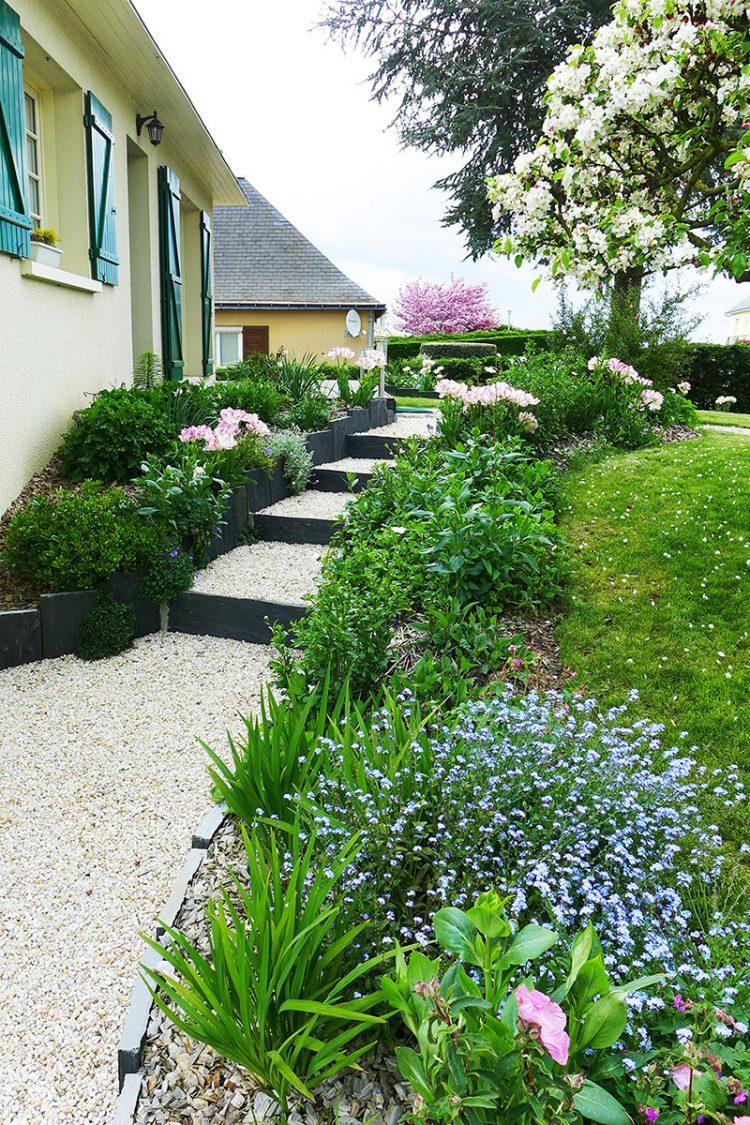 Jardin à Chalonnes sur Loire, 49 ayant profité d'un rajeunissement et d'un réaménagement de ses escaliers