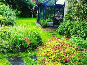 Aménagement paysager autour d'une véranda