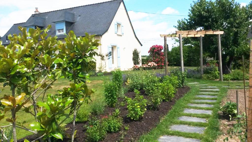 Treille et pas japonais jardin de campagne